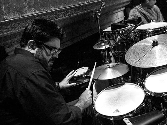 Schlagzeuger sitzt am Schlagzeug