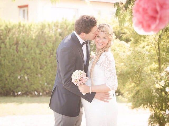 Kevin Lötscher und Yvonne Würms strahlen auf ihrem Hochzeitsbild. Kevin Küsst seine Braut auf die Stirn. Sie schaut hochschwanger und in einem weissen Brautkleid in die Kamera.
