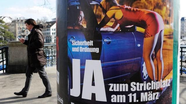 """Abstimmungsplakat """"Ja zum Strichplatz am 11. März"""" an einer Litfasssäule in Zürich"""