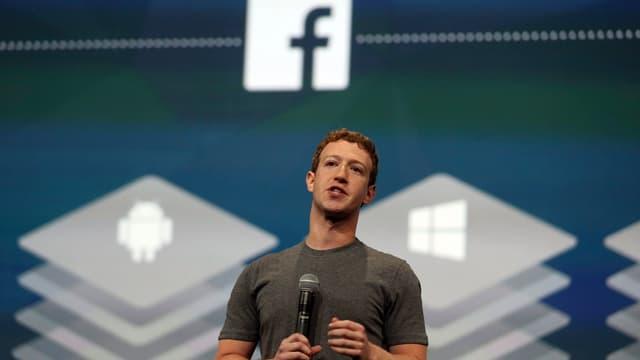 Mark Zuckerberg vor Facebook-Leinwand.