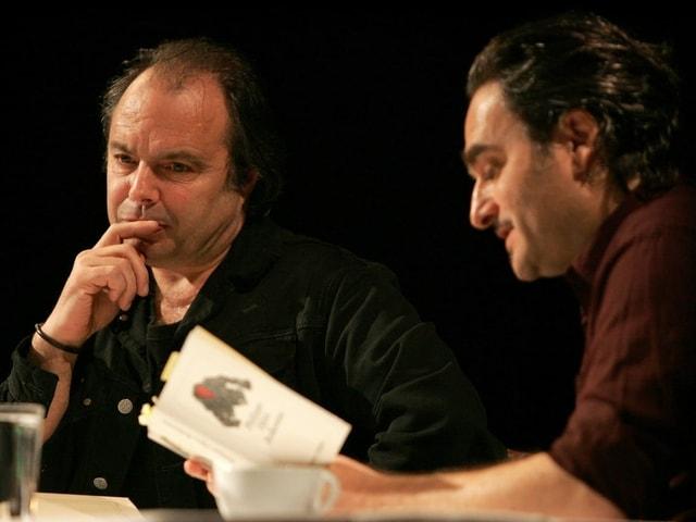 Zwei Männer sitzend