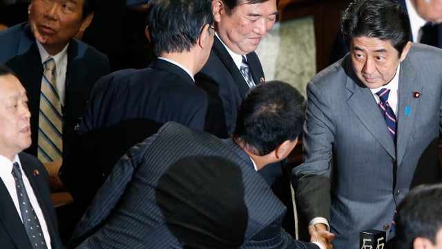 Shinzo Abe schüttelt Gratulanten die Hände.