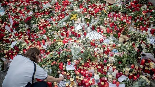 Ina mar da chandailas per las unfrendas dal attentat sin in martgà da Nadal a Berlin.