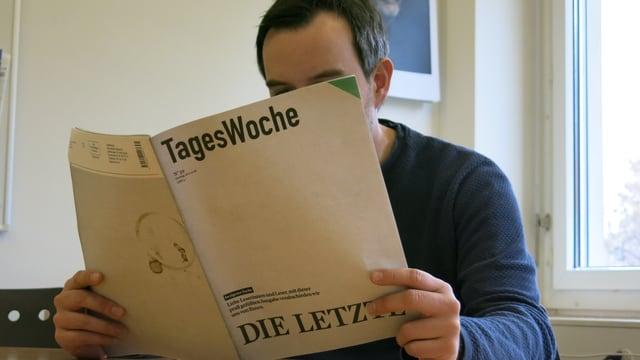 Ein Mann liest die Tageswoche