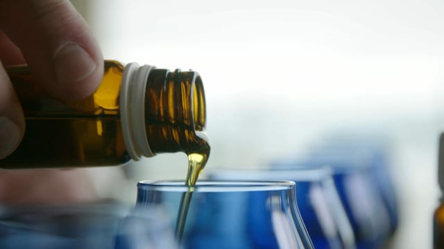 Olivenöl wird eingegossen