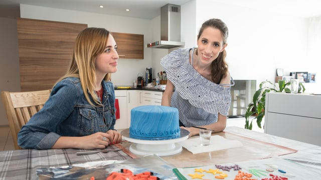 Frau präsentiert Kuchen.