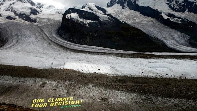 Das Foto zeigt den Schriftzug «Our climate - your decion» von Greenpeace auf dem Gornergletscher nahe Zermatt im August 2009.