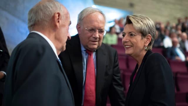 Hans-Rudolf Merz, Johann Schneider-Ammann und Karin Keller-Sutter im Gespräch