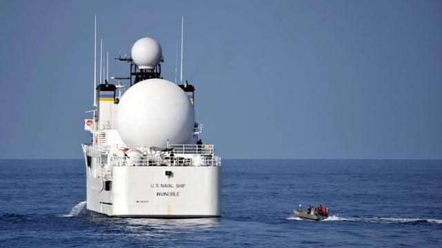 Kriegsschiff auf dem Meer.
