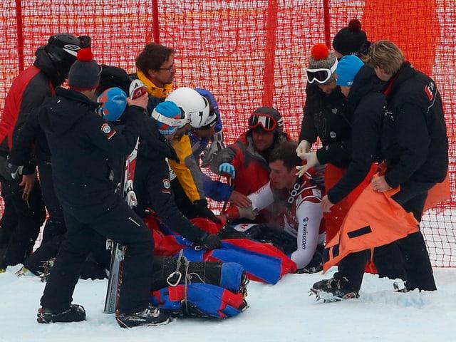 Marc Gisin liegt verletzt auf der Strecke.