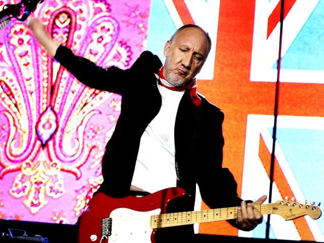 Pete Townshend steht auf der Bühne, spielt Gitarre.