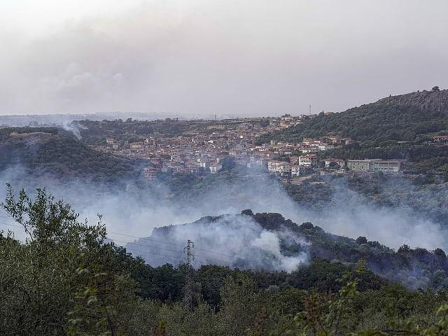Brandherd vor Dorf im Westen Sardiniens