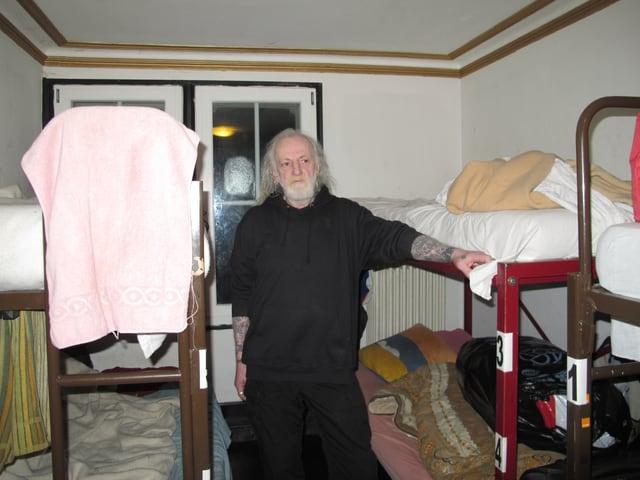 Mario Stegmann steht zwischen den Kajütenbetten in einem Zimmer im Sleeper.