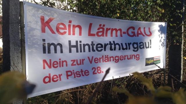 Transparent gegen Fluglärm in einem Thurgauer Garten.