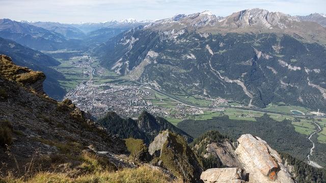 Blick von einem Berg auf das Churer Rheintal hinab.