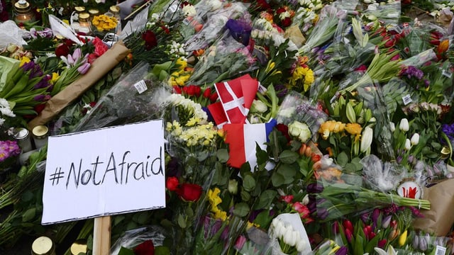 Ein Blumenmeer vor einen Ort des Attentates.