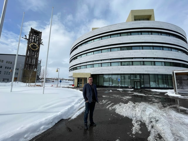 Bürgermeister Sydberg vor neuem Rathaus