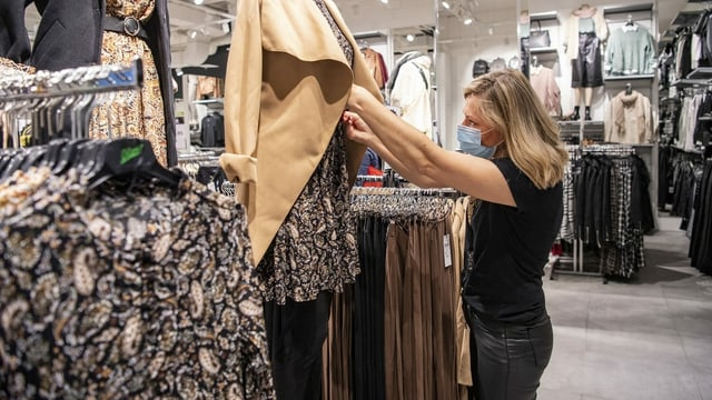 Eine Frau in einem Geschäft