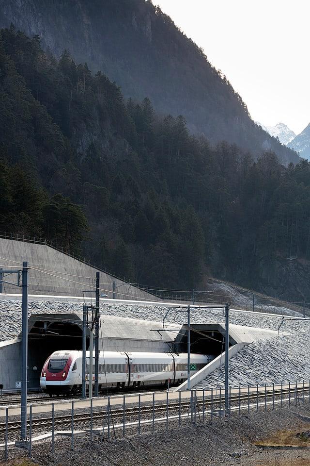 Ein Personenzug der SBB verlässt das Nordportal des Gotthard-Basistunnels. (Archivbild)