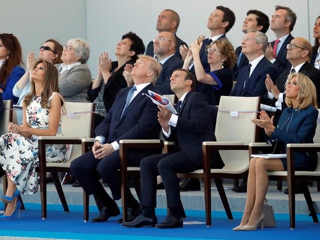 Donald Trump und Emmanuel Macron blicken zu den Flugzeugen empor