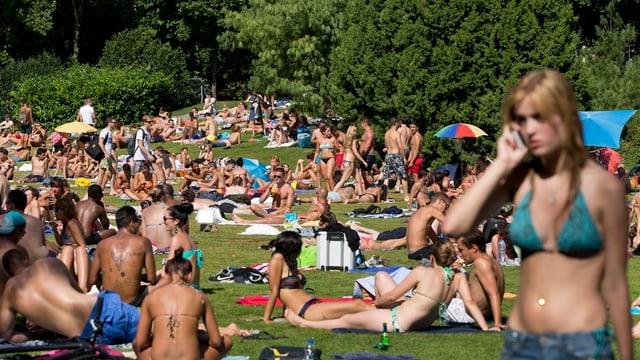 Sonnenbadene Menschen in einer Zürcher Badeanstalt