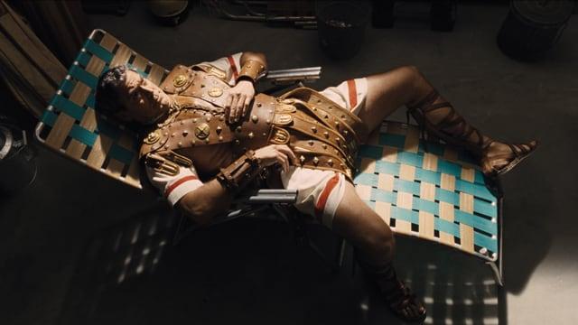 Baird Whitlock liegt auf einem Liegestuhl.