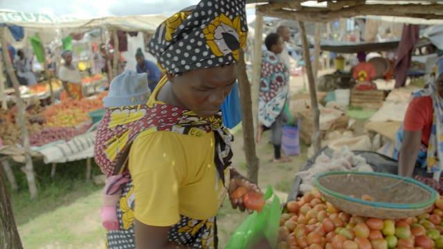 Eine Frau auf einem Markt