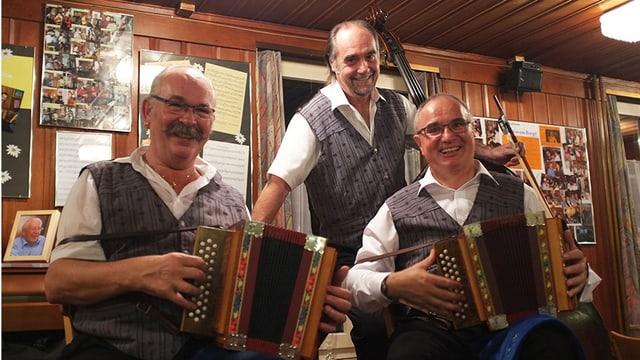 Ein Örgeli-Trio in einer Beiz.