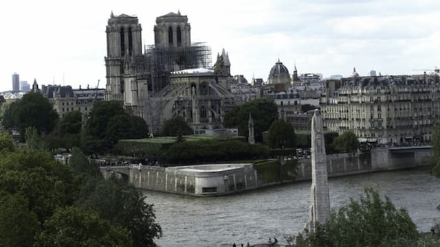 Notre Dame von hinten fotografiert. Davor sieht man die Seine.