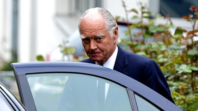 Xstrata-Präsident John Bond steigt mit zerknirschter Mine in eine Limousine.