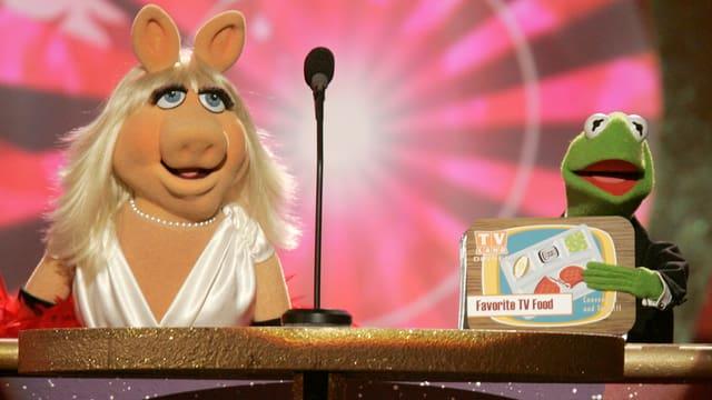 Miss Piggy e kermit duain turnar en televisiun.