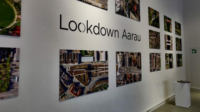 Eine Wand mit Bildern