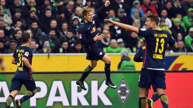 Emil Forsberg jubelt mit einem hohen Sprung.