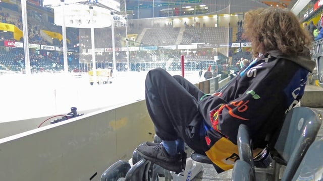 Eishockey-Fan im Berner Hockeystadion.