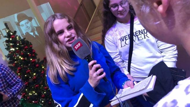 Mädchen als Radioreporterin