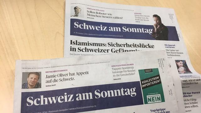 Zwei Zeitungen liegen auf einem Tisch