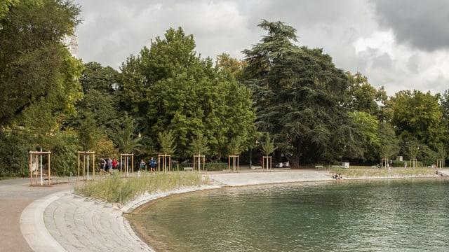 Eine Seepromenade, dahinter Bäume