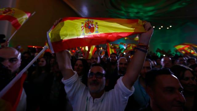Anhänger der Rechtsaussen-Partei Vox feiern das Ergebnis nach den Regionalwahlen in Andalusien.