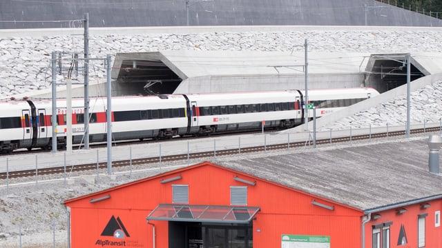 Ein Personenzug fährt in den Gotthard-Basistunnel ein.