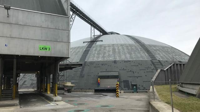 Grosser Kuppelbau für die Salzlagerung von aussen