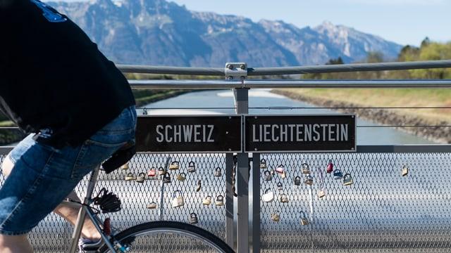 Radfahrer auf der Brücke zu Liechtenstein
