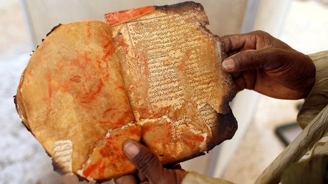 Ein fast verbranntes, altes Manuskript.