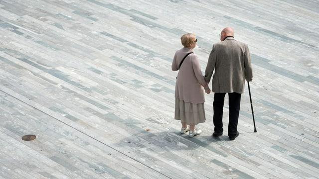 Ein älteres Paar auf dem Sechseläutenplatz