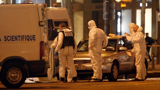 policists examineschan in lieu da delict
