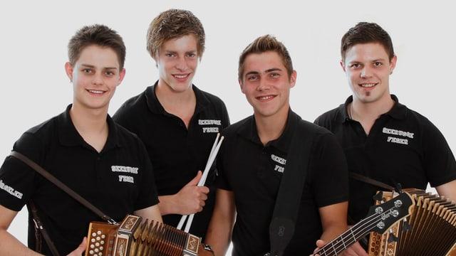 Die vier jungen Musikanten in schwarzen Polo-Shirts mit ihren Instrumenten auf einem Gruppenfoto.