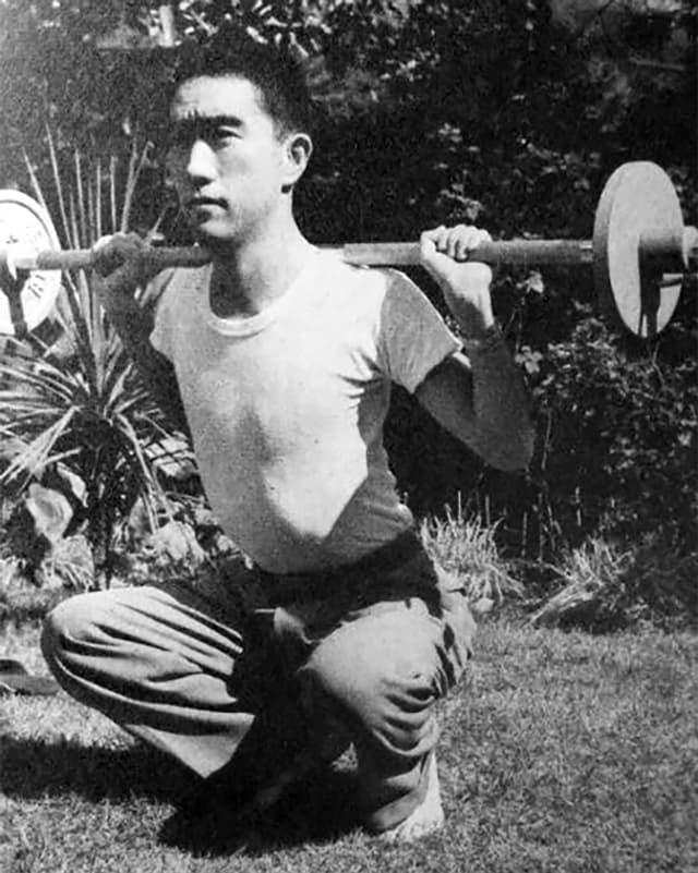 Mishima beim Trainieren in seinem Garten, Herbst 1955.