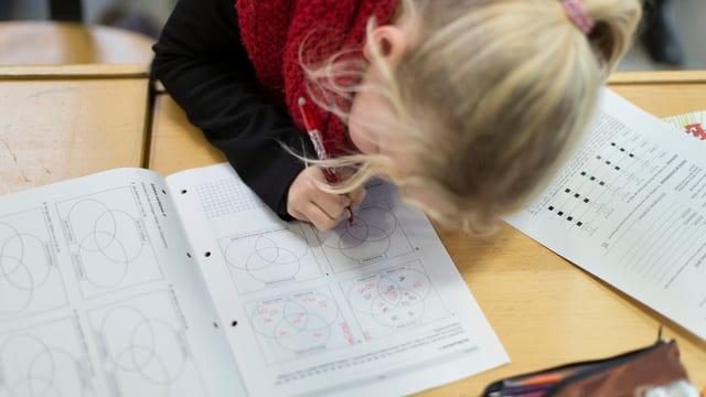 Mädchen schriebt in der Schule.
