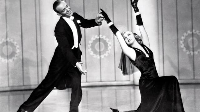 Fred Astaire im Frack, tanzend mit Ginger Rogers.