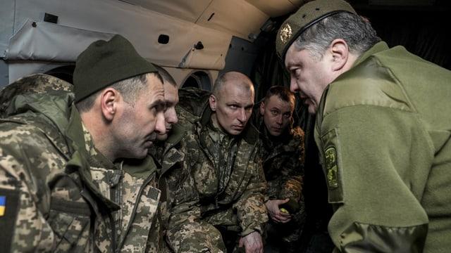 Der ukrainische Präsident Petro Poroschenko im Gespräch mit freigelassenen Gefangenen.