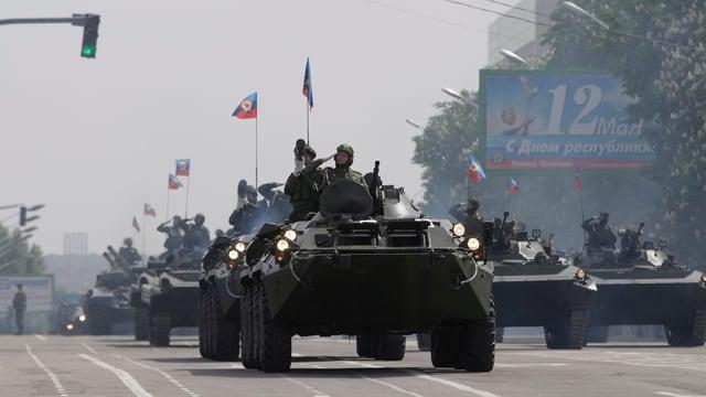 Panzerparade entlang einer Strasse.